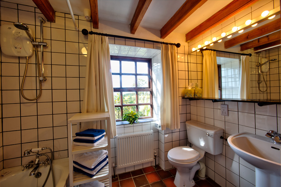 carbery-house-3-bathroom-dunmanus-bay-co-cork-holiday-home-900x600